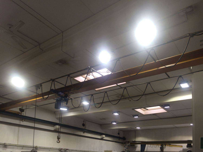 LED Strahler über Kranbahn